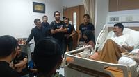 Pemain Arema FC menjenguk rekan mereka, Dedik Setiawan, yang harus menjalani operasi lutut di RS Persada, Jumat (8/11/2019). (Bola.com/Iwan Setiawan)