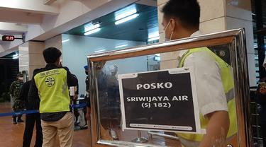 Suasana posko crisis center terkait Sriwijaya Air SJ 182 yang diduga jatuh. (Liputan6.com/Pramita Tristiawati)