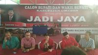 Calon Petahana Bupati Cirebon Sunjaya Purwadi Sastra mengumumkan klaim kemenangannya versi hitung cepat. Foto (Liputan6.com / Panji Prayitno)