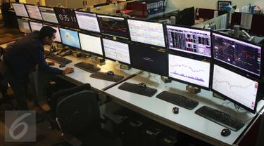 Pekerja mengecek layar indeks saham gabungan di Bursa Efek Indonesia, Jakarta, Selasa (4/4). Pada pemukaan indeks harga saham gabungan (IHSG) hari ini naik tipis 0,09% atau 4,88 poin ke level 5.611,66. (Liputan6.com/Angga Yuniar)