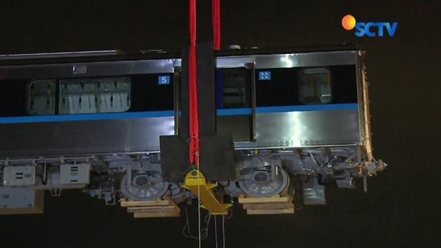 Dua rangkaian MRT asal Jepang dengan jumlah 12 gerbong telah tiba di Jakarta. Kereta listrik tanpa masinis tersebut akan diuji coba pada Desember mendatang.