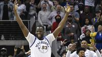 Ekspresi pemain Golden State Warriors, Draymond Green merayakan aksi dunk yang dilakukan Andre Iguodala pada laga NBA basketball game  di Philips Arena, Atlanta, (2/3/2018). Warriors menang 114-109. (AP/John Amis)