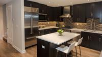 Dapur ini di desain dengan warna gelap sehingga menimbulkan kesan teduh dan menarik.