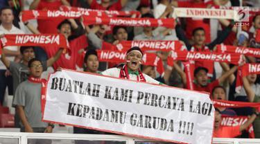 Suporter Tim Garuda membentangkan spanduk jelang menyaksikan Indonesia melawan Thailand pada laga Grup G Kualifikasi Piala Dunia 2022 zona Asia di Stadion Utama Gelora Bung Karno, Jakarta, Selasa (10/9/2019). Indonesia kalah 0-3. (Liputan6.com/Helmi Fithriansyah)