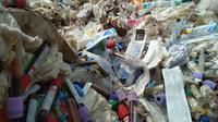 Salah satu limbah medis yang dijual kembali oleh pengusaha rongsok adalah botol infus. Mereka hanya membersihkannya dengan deterjen. (Liputan6.com/Panji Prayitno)