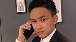 Lewat media sosial Instagramnya, remaja kelahiran 2006 tersebut memang kerap membagikan potret dirinya yang meniru gaya sang ayah. (Liputan6.com/IG/@azkacorbuzier)