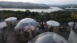 Foto yang diabadikan pada 16 Juni 2020 ini menunjukkan zona aman untuk para pelanggan di sebuah restoran di Istanbul, Turki. Terlihat seperti stoples transparan, restoran ini sepenuhnya terlindung dan steril dari COVID-19. (Xinhua/Osman Orsal)