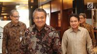 Gubernur Bank Indonesia (BI), Perry Warjiyo jelang jumpa pers di Gedung BI, Jakarta, Jumat (29/06). Rapat Dewan Gubernur BI, memutuskan menaikkan suku bunga acuan sebesar 50 basis poin menjadi 5,25%. (Liputan6.com/Herman Zakharia)