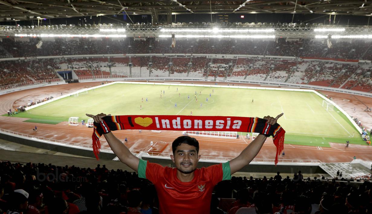 Suporter asal Jakarta, Mulki, bepose di SUGBK, Senayan, Jakarta, Minggu (14/1/2018). Selain untuk menyaksikan laga Indonesia Vs Islandia, kehadiran para suporter juga karena ingit melihat wajah baru SUGBK. (Bola.com/M Iqbal Ichsan)