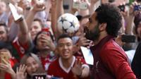 Gelandang Liverpool Mohamed Salah disambut para suporter saat timnya tiba di hotel tim di Kiev, Ukraina, (24/5). Liverpool akan bertanding melawan Real Madrid di Final Liga Champions pada 26 Mei di stadion Olympiyski di Kiev. (AP Photo/Sergei Grits)