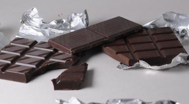 Dalam dark chocolate terdapat kandungan yang membuat Anda menjadi lebih bahagia dan mengembalikan mood untuk menjalani aktivitas pasca patah hati. (Istimewa)