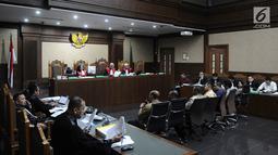 Gubernur Aceh non aktif Irwandi Yusuf saat mendengarkan 7 saksi dalam sidang lanjutan dugaan suap terkait DOKA 2018 di Tipikor, Jakarta, Senin (11/2). Dedi Mulyadi mengaku menyerahkan uang kepada orang dekat Irwandi Yusuf. (Liputan6.com/Herman Zakharia)