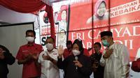 Tri Rismaharini atau Risma mengucapkan syukur atas kemenangan sementara hasil hitung cepat untuk pasangan calon Wali Kota dan Wakil Wali Kota Surabaya, Eri Cahyadi-Armudji di Pilkada Surabaya 2020, Rabu (9/12/2020). (Liputan6.com/Dian Kurniawan)