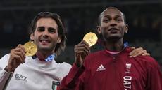 Peraih medali emas bersama Mutaz Barshim (kanan) dari Qatar dan Gianmarco Tamberi dari Italia berpose setelah final lompat tinggi putra pada Olimpiade Tokyo 2020 di Tokyo, Jepang, Senin (2/8/2021). Barshim dan Tamberi sepakat membagi dua emas lompat tinggi Olimpiade Tokyo. (AP Photo/Francisco Seco)