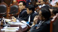 Kuasa hukum Hizbut Tahrir Indonesia (HTI) Yusril Ihza Mahendra mengikuti sidang perdana Pengujian Undang - undang Ormas, di Gedung Mahkamah Konstitusi, Jakarta, Rabu (26/7). (Liputan6.com/Johan Tallo)