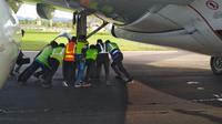 evakuasi pesawat Sriwijaya air di Bandara Halu Oleo Kendari usai tergelincir keluar landasan, Sabtu (20/7/2019).(Liputan6.com/Ahmad Akbar Fua)