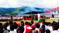 Suasana upacara pengibaran bendera di Kantor Pemerintah Kabupaten Jayawijaya, Provinsi Papua, Kamis (17/8). Upacara yang diikuti petugas pukesmas beserta jajarannya itu memperingati HUT ke-72 Republik Indonesia. (Foto: Fitri Haryanti Harsono)