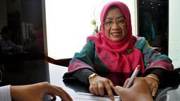 Segenap jajaran Direksi BCA Syariah Cabang Jatinegara terjun langsung ke level operasional untuk menemui dan melayani nasabah, Jakarta, Kamis (9/4/2014) (Liputan6.com/Miftahul Hayat)
