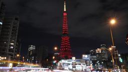 Menara Tokyo tampak dihiasi cahaya berwarna merah dalam rangka menyambut Tahun Baru Imlek di Tokyo, Jepang, pada 24 Januari 2020. Menara Tokyo dihiasi cahaya berwarna merah pada Jumat (24/1) untuk merayakan datangnya Tahun Tikus China yang jatuh pada 25 Januari 2020. (Xinhua/Du Xiaoyi)