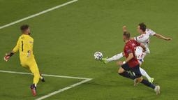 Unggul satu gol tidak membuat Timnas Denmark mengendurkan serangan. Danish Dynamite mendapatkan beberapa peluang melalui Mikkel Damsgaard, namun masih gagal. (Foto: AP/Pool/Dan Mullan)