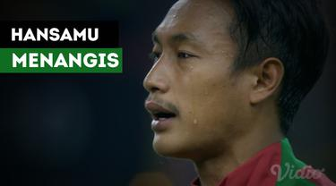 Kapten Timnas Indonesia U-22, Hansamu Yama Pranata menangis terharu ketika menyanyikan Indonesia Raya.