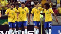 Para pemain Brasil merayakan gol ke gawang Venezuela pada laga Pra-Piala Dunia 2018 di Arena Castelao, Fortaleza, Rabu (14/10/2015) pagi WIB.