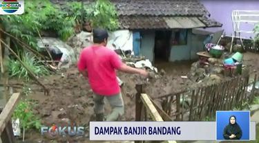 Tak hanya timbunan lumpur yang tak kunjung usai dibersihkan, sebagian dinding rumah juga jebol kena hantaman air bah yang turut menyeret sejumlah perabotan rumah.