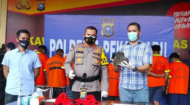 Kepala Polresta Pekanbaru (tengah) memperlihatkan barang bukti penyerangan petugas Bea Cukai Riau.