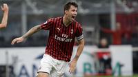 Bek AC Milan, Alessio Romagnoli berselebrasi usai mencetak gol ke gawang Parma pada pertandingan lanjutan Liga Serie A Italia di Stadion San Siro di Milan, Italia (15/7/2020). AC Milan menang telak 3-1 atas Parma. (AP Photo/Luca Bruno)
