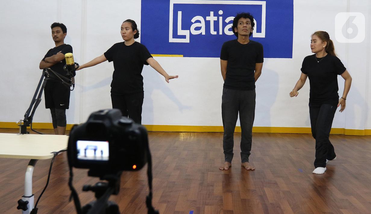 Seniman teater dari Lab Teater Ciputat mementaskan persilangan karya sastra berjudul Sotoba Komachi karya Yukio Mishima dan Rintik karya Danarto dalam workshop jarak jauh di Jakarta, Sabtu (18/9/2021). Teater ini disutradarai Yasuhito Yano asal Jepang. (Liputan6.com/Herman Zakharia)