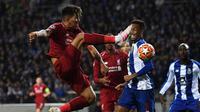 Aksi terbang penyerang Liverpool, Firminho pada leg kedua babak perempat final Liga Champions yang berlangsung di Stadion do Dragao, Porto, Kamis (17/4). Liverpool menang 4-1 atas Porto. (AFP/Paul Ellis)