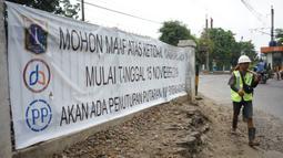 Sebuah spanduk pemberitahuan terpasang di jalur putar balik kawasan Lenteng Agung, Jakarta, Kamis (14/11/2019). Mulai 15 November 2019, jalur putar balik tersebut akan ditutup terkait pembangunan flyover yang saat ini telah mulai dikerjakan. (Liputan6.com/Immanuel Antonius)