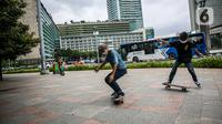Warga bermain skateboard di trotoar Jalan Sudirman-Thamrin, Jakarta, Jumat (5/3/2021). Izin penggunaan trotoar sebagai tempat bermain skateboard keluar usai Gubernur DKI Jakarta Anies Baswedan bertemu dengan salah satu skateboarder Jakarta. (Liputan6.com/Faizal Fanani)