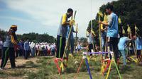 Sepak bola egrang selalu diadakan dalam masa pengenalan lingkungan sekolah di SMAN 4 Tegal. (Liputan6.com/Fajar Eko Nugroho)