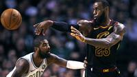Kyrie Irving berhadapan dengan LeBron James (AP)