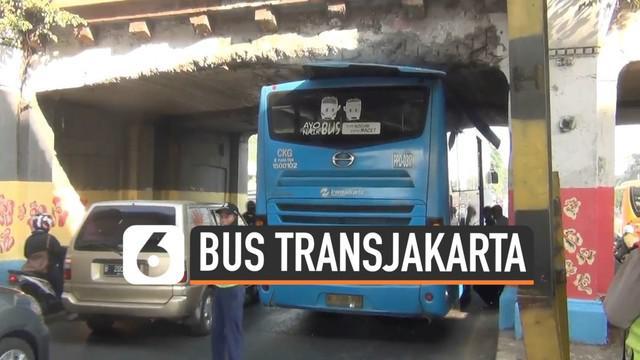 Sebuah bus Transjakarta tersangkut di bawah jembatan kereta api Jatinegara. Sang sopir lalai dan tidak mengikuti rambu-rambu lalu lintas yang telah ada.