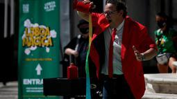Seorang pesulap tampil dalam Festival Dunia Sulap Jalanan Lisbon di Lisbon, Portugal (25/8/2020). Festival Dunia Sulap Jalanan Lisbon kedelapan dimulai pada Selasa (25/8). (Xinhua/Pedro Fiuza)