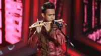 Selain itu, tampilan solo Fildan membawakan lagu bertajuk Hikayat Cinta juga berhasil menyita perhatian para penonton. Terlebih ia menunjukan kepiawaiannya dalam memainkan seruling. (Adrian Putra/Bintang.com)