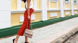 Lahir di Surabaya, Ayu Maulida sudah berhasil meraih berbagai penghargaan sebagai model. Saat berlibur ke Bangkok, Thailand, ia tampil dengan pakaian berwarna cerah. Dengan baju putih, dan celana berwarna oranye, penampilannya sangat santai dan modis. (Liputan6.com/IG/@ayumaulida97)