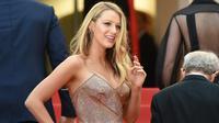 """Aktris cantik Blake Lively saat tiba dalam pembukaan dan screening film """"Cafe Society"""" dalam Festival Film Cannes ke-69  di Prancis, Rabu (11/6). Istri dari aktor Ryan Reynolds  itu mencuri perhatian dengan busana seksinya. (Alberto PIZZOLI/AFP)"""