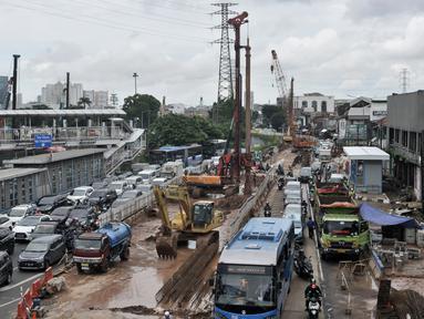 Sejumlah kendaraan terjebak kemacetan saat melintasi proyek Underpass Senen Extension di simpang Senen, Jakarta, Senin (3/2/2020). Penyempitan jalan karena adanya proyek underpass tersebut menyebabkan kemacetan kendaraan meski telah dilakukan rekayasa lalu lintas. (merdeka.com/Iqbal Nugroho)