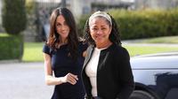 Meghan Markle (kiri) dan ibunya, Doria Ragland, tiba di Hotel Cliveden House, Berkshire, Inggris, Jumat (18/5). Meghan Markle dan Pangeran Harry akan menikah pada 19 Mei 2018. (Steve Parsons/Pool Photo via AP)