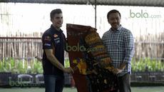 Marc Marquez menerima kain batik dari Menteri Pemuda dan Olah Raga Imam Nahrowi di Lapangan Futsal Kuningan Village, Jakarta, Sabtu (13/2/2016). (Bola.com/Nicklas Hanoatubun)