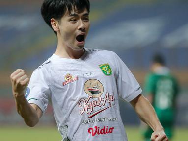 Persebaya Surabaya sukses bangkit dari keterpurukan setelah kalah dalam dua laga beruntun. Adalah Taisei Marukawa yang tampil apik sepanjang pertandingan saat melawan PSS Sleman dengan menyumbangkan dua dari tiga gol yang diraih Persebaya. (Bola.com/Bagaskara Lazuardi)