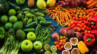 Ilustrasi sayur dan buah segar.