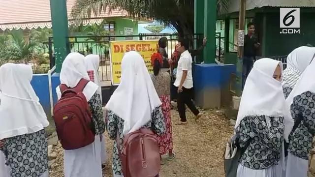 Akibat sengketa lahan, sebuah sekolah disegel ahli waris pemilik lahan. Akibatnya ratusan siswa telantar di depan sekolah dan kegiatan belajar mengajar lumpuh total.