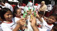 Sejumlah anak menunjukkan sikat giginya saat memperingati Kesehatan Gigi dan Mulut Sedunia 2018 di SDN Tebet Timur 01 Pagi, Jakarta, Selasa (20/3). (Liputan6.com/Pool/Doni)