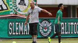 Alfred Riedl menepuk pundak Irfan Bachdim usai memberikan masukan saat sesi latihan di Stadion Maguwoharjo, Sleman, Jumat (07/10/2016). (Bola.com/Nicklas Hanoatubun)