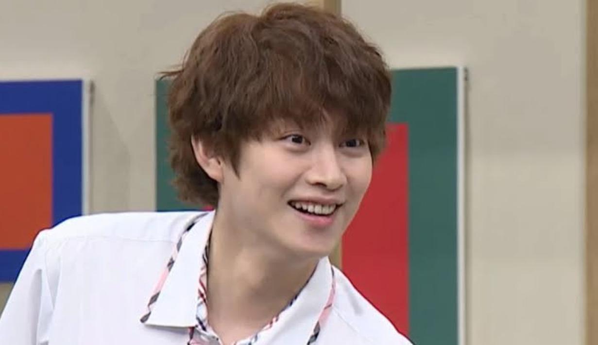 Di episode terbari Knowing Bros, para member menyinggung perubahan gaya rambut baru Heechul usai kabar perpisahannya dengan Momo dirilis. (Foto: Koreaboo)