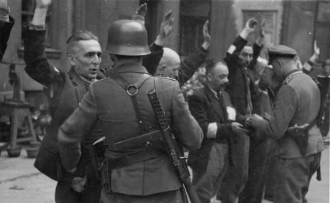 Pemberontakan ghetto di Warsawa, Polandia, 1943. (Sumber Wikimedia Commons)